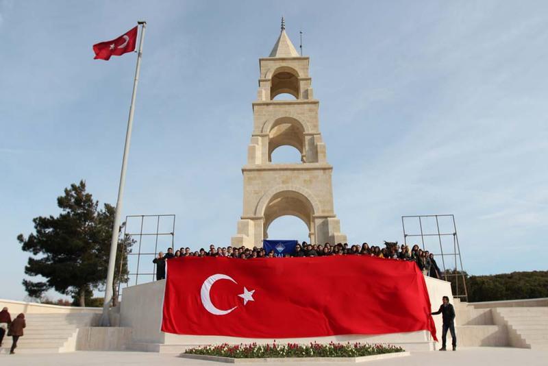 http://content.bahcesehir.edu.tr/BAU'lu Öğrenciler Çanakkale'de Şehitlerimizi Ziyaret Etti